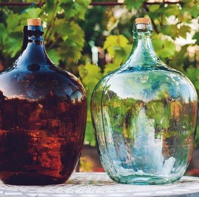 стеклянные бутыли с узким горлышком