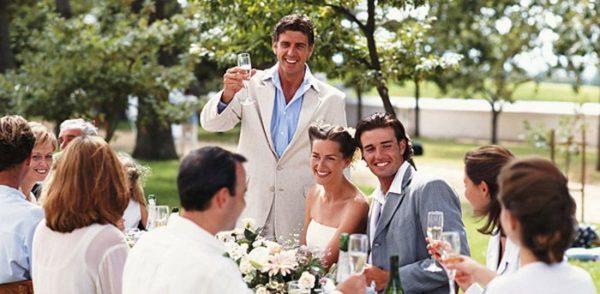 друг произносит тост на свадьбу